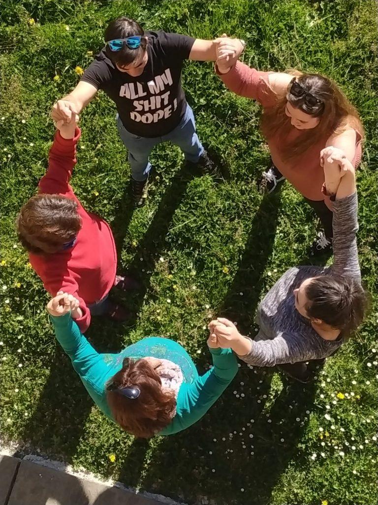 grupo con las manos unidas hacia arriba